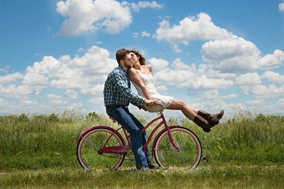Hai người đang đi xe đạp