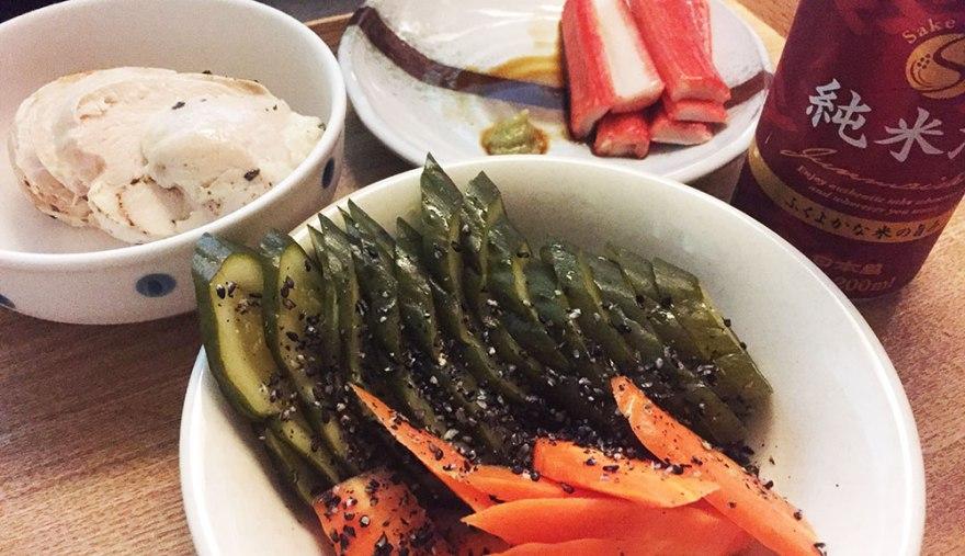 ぬか漬けとカニカマ。鶏ハムと日本酒