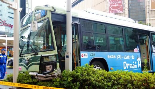 京都、四条河原町の交差点で市バスの縁石と街路灯衝突事故