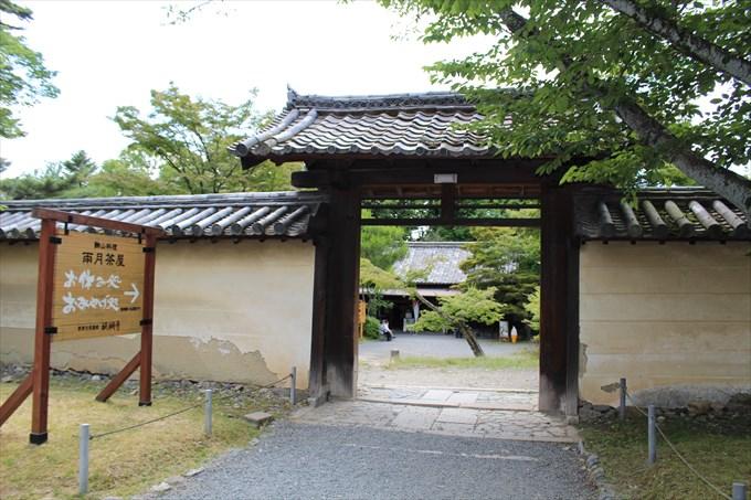 19雨月茶屋の門