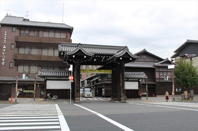 8総門(道路の向こうにある)
