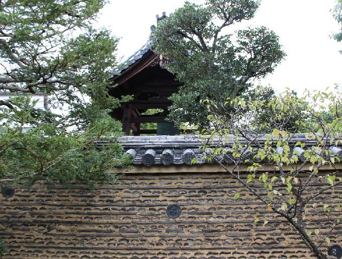 30芳春院から見た大仙院の鐘と塀