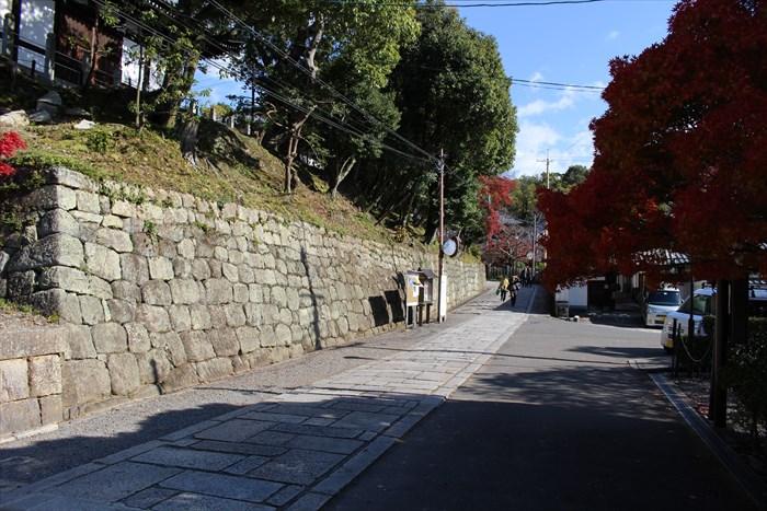 山門をくぐって右へ