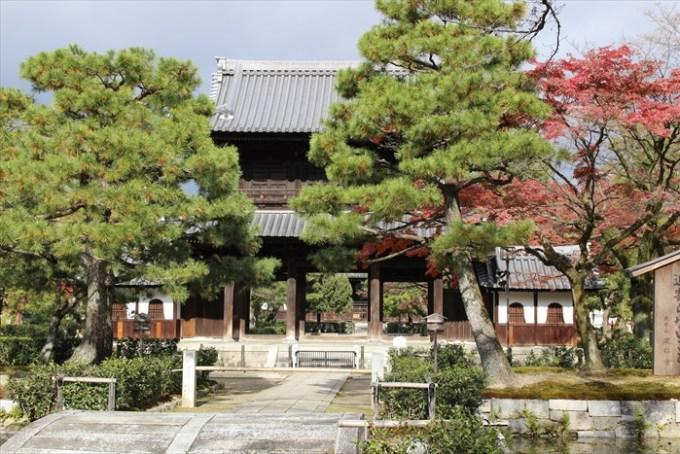 15建仁寺の三門と紅葉