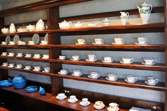 金子茶房 コーヒーカップ棚2