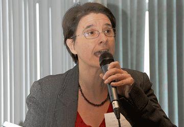 Mme Michèle Vatz-Laaroussi, professeure, est directrice de programme de la Maîtrise en médiation interculturelle à l'Université de Sherbrooke et responsable du Réseau canadien de recherche sur l'immigration en dehors des grands centres.