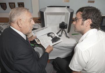 De g.à d. Cyril H. Roach, ancien combattant de la Marine, et Richard Petit, chercheur du projet Mémoire