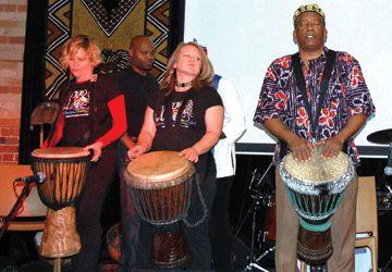 Le percussionniste Muhtadi était présent vendredi soir pour aider les enfants du village de Bazou, pour le plus grand bonheur de Njacko Backo