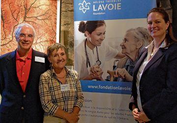 Jean Roy, président du C.A de la Fondation Hélène Tremblay-Lavoie, Sylvie Lavoie, présidente-fondatrice de la Fondation Hélène-Tremblay-Lavoie, avec Joanne Thompson de la Galerie Thompson-Landry, lors de la soirée spéciale réseautage médecins francophones.
