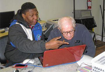 Plusieurs élèves de l'école Saint-Frère-André ont montré aux résidents des CAH comment utiliser les réseaux sociaux.