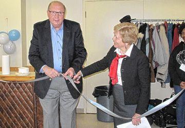 Wayne Gladstone, président du RLISS du Centre-Est, et Joyce Irvine, présidente des Centres d'Accueil Héritage, coupent le ruban symbolique.