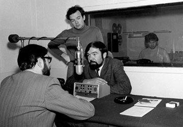 L'annonceur Claude Miguet (Latrémouille), le réalisateur Jean-Pierre Morin, le politicien John Harney et le technicien Brian Wood. Photo: Paul Smith. Université d'Ottawa, CRCCF, Fonds Association canadienne-française de l'Ontario (C2), Ph2-149.