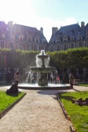 Humeurs de Paris Place des Vosges Josée Noiseux.jpeg