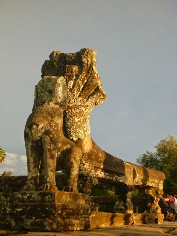 Statue dragon Angkor Wat.JPG