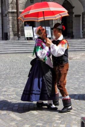 Couple exécutant une danse folklorique.jpg