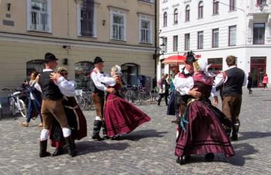 Danse folklorique devant l'opéra.jpg