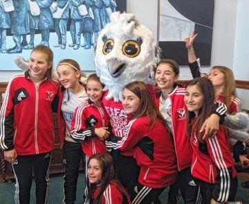 Dans les appartements de la lieutenante gouverneure: des sportives et la mascotte de la Coupe du monde de soccer féminin 2015.