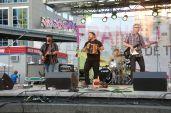 Le groupe Hey Wow sur la scène de Franco-Fête au YongeDundas Square vendredi 10 juillet. (Photo: François Bergeron)