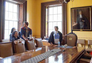 Janet E. Minor dans la salle du Conseil.