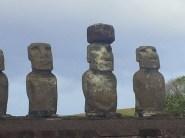 Des Moaï de l'île de Pâques.