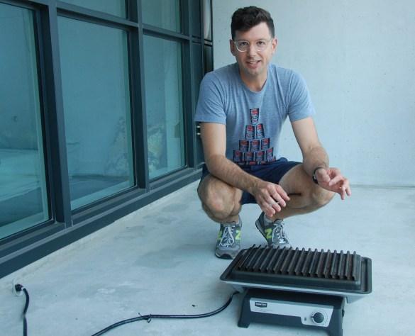 Frédéric Choinière sur le balcon de son appartement torontois qu'il commence à équiper 100% canadien.