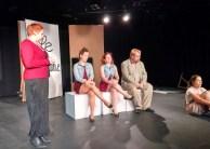 Des comédiens des Indisciplinés de Toronto répétant une scène de Cendrillon.