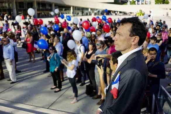 Le consul de France Marc Trouyet et des Torontois rassemblés à l'hôtel de ville après l'attentat de Nice.