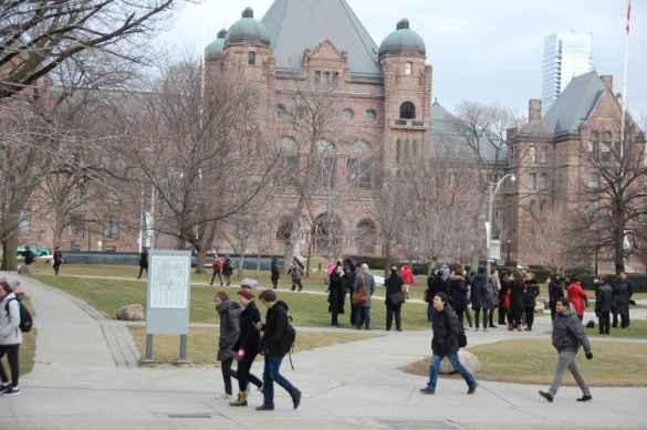 L'Assemblée législative de l'Ontario en toile de fond.