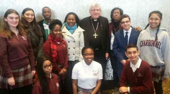 Des élèves de l'école Monseigneur-de-Charbonnel (Toronto) avec le cardinal Thomas Collins.