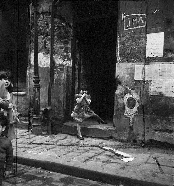 Fille sur haut talons, Cité Lesage- Bullourde, 1949-54, MS