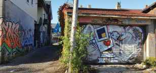 Les artistes s'en donnent à coeur joie sur les murs des ruelles et portes de garage.