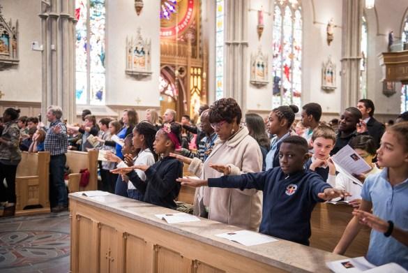 Des élèves et enseignants du CSDCCS à leur «montée de la cathédrale» lundi.