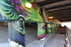 Graffitis et murales artistiques jusque sous les viaducs et les autoroutes. (Photos: Nathalie Prézeau)