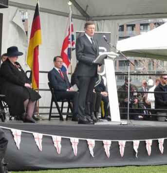 Le maire John Tory au micro. La lieutenante-gouverneure Elizabeth Dodeswell et le consul de France Marc Trouyet.