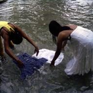 On lave les vêtements dans la rivière.