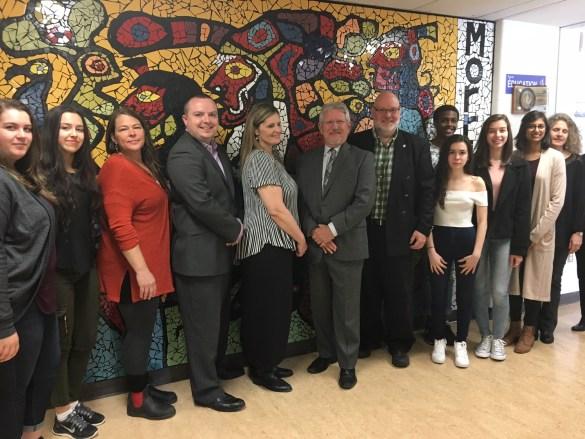 Dévoilement de la murale réalisée avec l'artiste Chantal Leblanc (en rouge, à côté du DG de Viamonde Martin Bertrand) à l'école Norval Morrisseau.