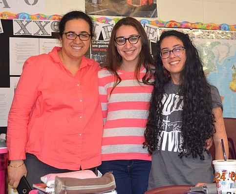 La directrice adjointe de l'école secondaire Gaétan-Gervais, Naïma Boufor, avec Laila Aggag et Nicole Nseir.