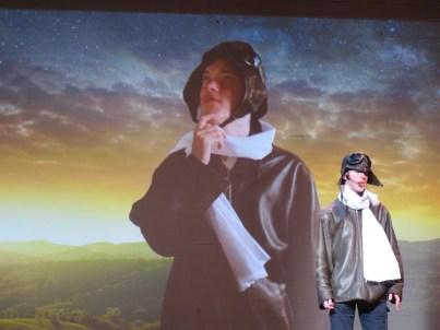 Sullivan Nash dans le rôle de aviateur.