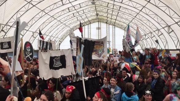 Les jeunes de l'AESD sous le dôme avec leurs bannières d'équipe.