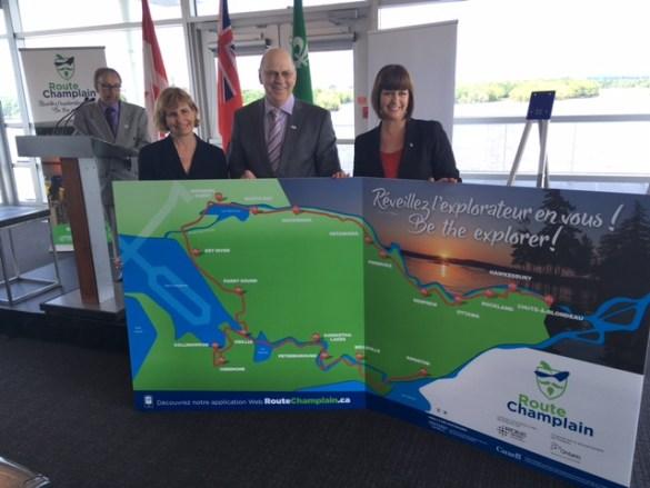 Dévoilement de la Route de Champlain avec la ministre Marie-France Lalonde (à droite) avec le vice-président du RDÉE Ontario, Denis Lafranboise, la députée Nathalie Des Rosiers et (au podium) Michel Prévost, archiviste en chef à l'Université d'Ottawa.