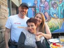 Serge Paul et deux répresentantes d'Oasis centre des femmes.