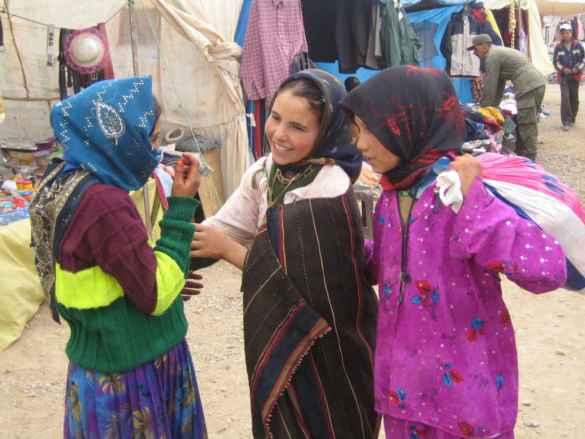 Trois jeunes filles au Maroc. (photo: Sarah Kravetz)