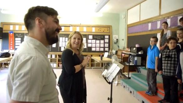 Damien Robitaille, Sarah Carver et des élèves de l'école Sainte-Croix à Lafontaine.