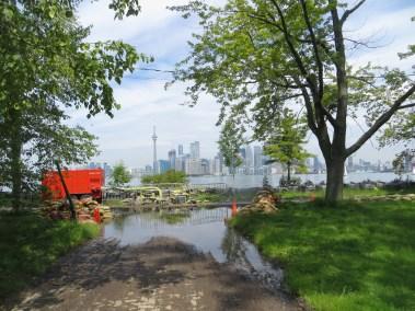 Aux abords du lac, le sol détrempé ne peut s'assècher. (Photo: Martine Rheault)