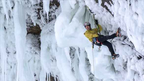 Will Gadd escaladant les glaces des chutes Niagara.