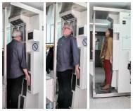 Robert Lang et Fiona McNeill dans un appareil mesurant leur exposition à la radiation dans l'édifice du réacteur nucléaire de l'Univertsité McMaster.