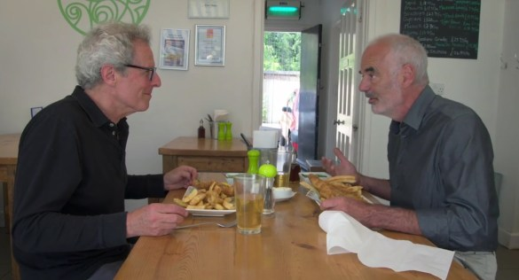 Le cinéaste Robert Lang avec le prof David Speigelhalter mangeant des fish&chips, qui valent peut-être quelques micromorts mais qui rendent heureux.