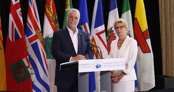 Philippe Couillard et Kathleen Wynne à la réunion d'Edmonton cette semaine.