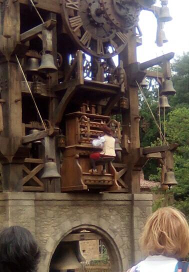 Le grand carillon et son musicien.