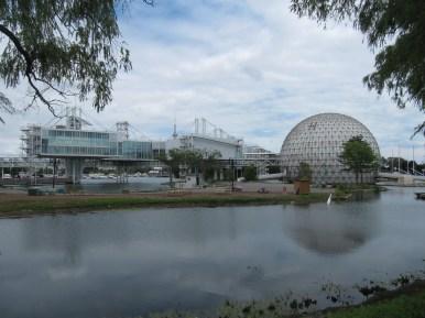 La Cinésphère et d'anciens pavillons de la Place de l'Ontario.